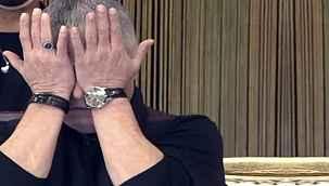 """Cengiz Kurtoğlu ağlayarak anlattı: """"Üvey annem buz gibi suyla banyo yaptırır ve döverdi"""""""