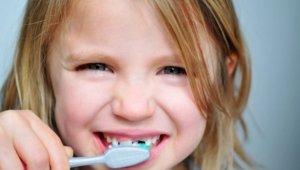 Çocuklar, günde en az 2 kez diş fırçalamalı