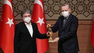 Cumhurbaşkanı Erdoğan'ın elinden ödül alan Ahmet Hakan gündem oldu