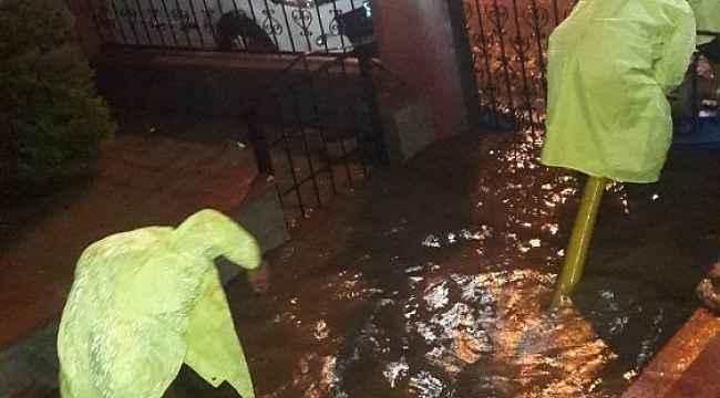 Edremit'te sağanak yağış hayatı olumsuz etkiledi