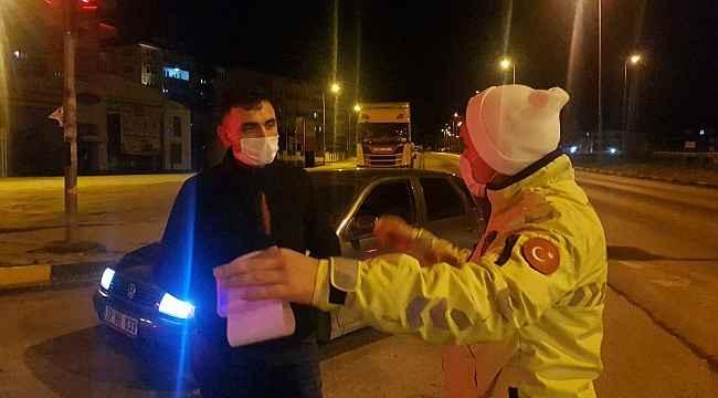 Ehliyetsiz sürücü otomobili ile cenazeye gitmeye kalkıştı, polislere yakalandı