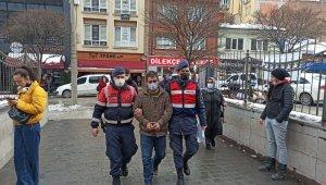 Firari tutuklu çaldığı trafik levhalarıyla birlikte yakalandı