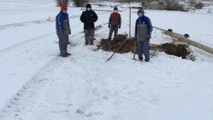 Fırtınadan dolayı elektrik direkleri devrilen köye ekipler müdahale etti
