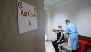 FÜ Tıp Fakültesi Hastanesi'nde 2 günde bin 492 sağlık çalışanı aşılandı