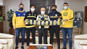 Genç Fenerbahçelilerden Başkan Kayda'ya Fenerbahçe atkısı