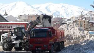 Hakkari'de 10 bin ton kar taşındı
