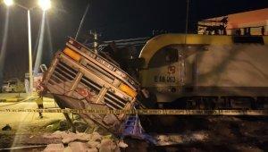 Hemzemin geçitte yük treni tırı biçti: 2 yaralı