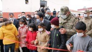 Hercai dizisi ekibinden köy okulunda kurulan kütüphaneye destek