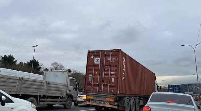 İstanbul'da yasağa uymayan ağır tonajlı araçlar trafiğe neden oluyor