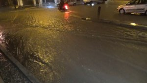 İzmir'de sağanak yağış nedeniyle caddeler göle döndü