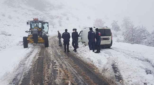 Kar nedeniyle kapanan köy yolunda araçları ile mahsur kaldılar