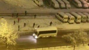 Kar toplarıyla minibüsü hedef alan gençler, sert kayaya çarptı - Bursa Haberleri