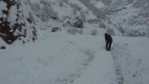 Karda mahsur kalan yolcu minibüsünü yolcular kurtardı