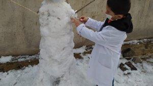 Kardan adama maske takıp korona aşısı yaptırdı