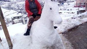 Kardan at yapıp üzerine bindiler
