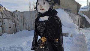 Kardan kadına yöresel elbise fistan giydirdiler