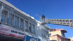 Karlıova'da buz sarkıtları, itfaiye ekibi tarafından temizleniyor