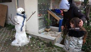 Kartal'da kardan adamı çalınan küçük kıza sürpriz