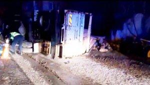 Kereste yüklü kamyon devrildi, tonlarca kereste araziye savruldu