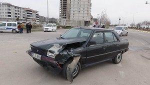 Kilis'te 2 otomobil çarpıştı: 3 yaralı