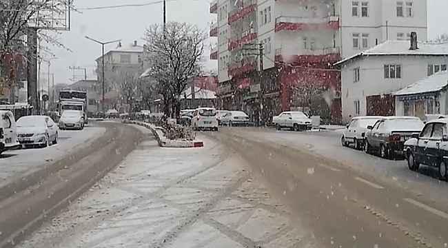 Kırıkkale'ye lapa lapa kar yağdı