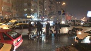 Kısıtlama öncesi trafikte gerginlik, sürücüler sopaları çıkarttı