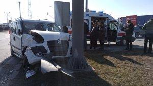 Kısıtlamada hafif ticari araçlar çarpıştı: 2 yaralı