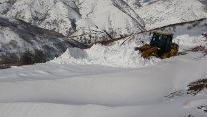 Köy yollarında kar kalınlığı yer yer 2-3 metreye yükseldi