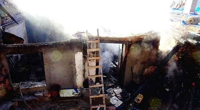 Köyde çıkan yangında üç ev alev alev yandı