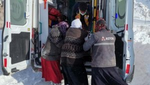 Köyde mahsur kalan 75 yaşındaki hasta, kızakla ambulansa taşındı
