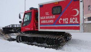 Köyde mahsur kalan hasta kadın paletli ambulansla kurtarıldı