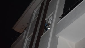 Sevgilisinin ayrılmak istediği genç kız, kendisini camdan aşağı bıraktı