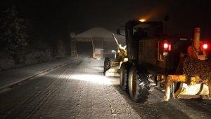 Manisa'da karla mücadele devam ediyor