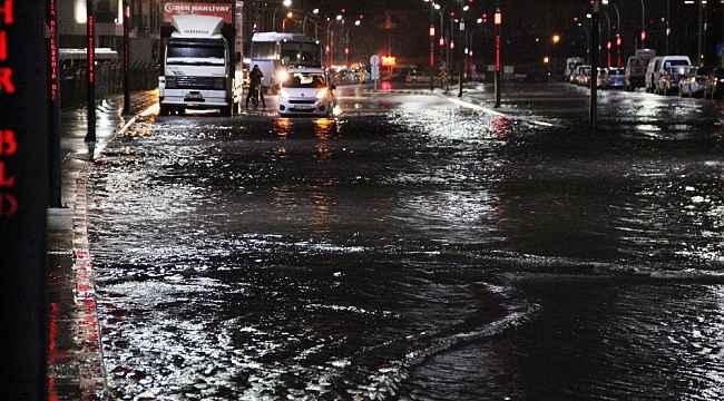 Manisa'da sağanak yağış cadde ve sokakları göle çevirdi