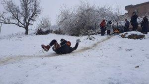 Mardin'de çocuklar karda kaymanın keyfini çıkardı