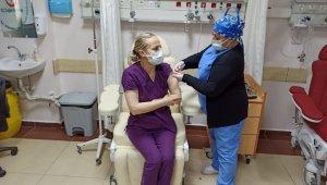 Merzifon'da sağlık çalışanları aşılanıyor