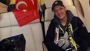 """Mesut Özil, """"Geçmiş ve gelecek"""" mesajıyla Fenerbahçe formalı fotoğrafını paylaştı"""