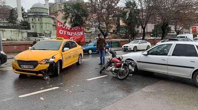 Motosiklet, iki otomobille çarpıştı:1 yaralı