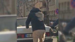 Motosiklet sürücüsü yolda kalan otomobile böyle ayak verdi
