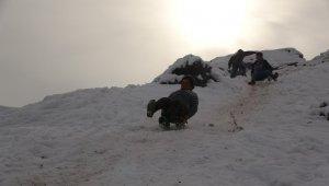 Muş'ta çocuklar kayak yapmak için yüksek kesimlere çıkıyor