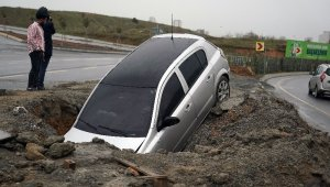 Otomobil çukura düştü, faciadan dönüldü