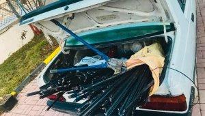 Otomobillerinde 230 metre uzunluğunda çalıntı telefon kablolarıyla yakalandılar