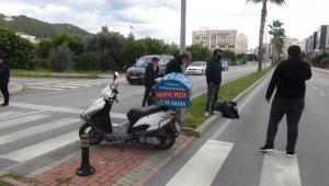 Pizza paket servis motosikletleri boş caddede çarpıştı: 2 yaralı