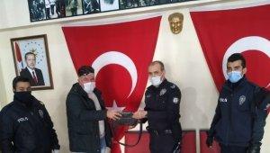 Polis ekipleri tarafından kaldırımda bulunan çanta sahibine teslim edildi