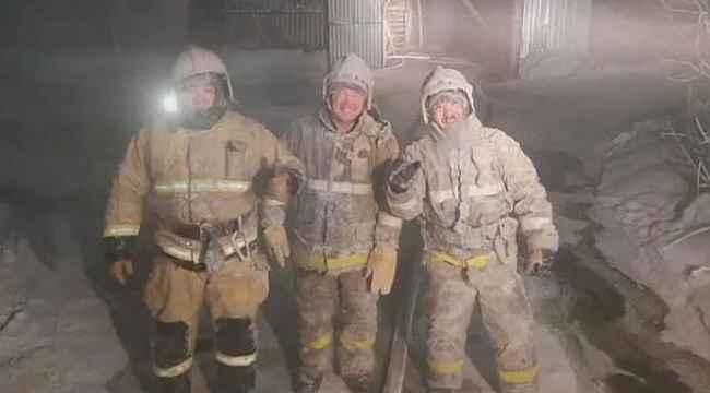 Rusya'da itfaiyeciler eksi 55 derecede buz tutan kıyafetlerini çekiçle kırdı