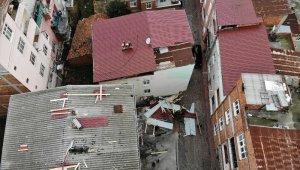 Samsun'da şiddetli rüzgar binaların çatılarını uçurdu
