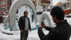 Şehrin sembollerinden çinili süs havuzu buz tuttu