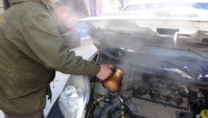 Soğuktan donan onlarca araç sıcak su yardımıyla çalıştırılıyor