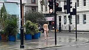 Sokağa çıkma yasağında çıplak bir şekilde yürüyen adam, görenleri şaşırttı