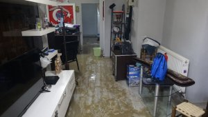 Su hattı çalışmasında binayı kanalizasyon suyu bastı